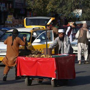 Katukauppiaat lykkäsivät Kabulissa keskiviikkona kärryjään