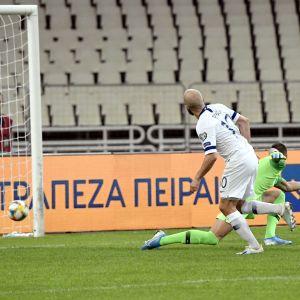 Teemu Pukki gör mål mot Grekland.