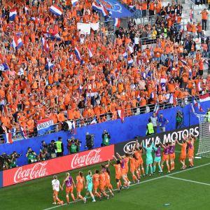 Nederländerna firar avancemanget med sina fans.