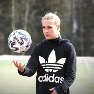 Linda Sällström kastar bollen i luften med en koncentrerad min