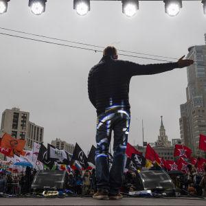 Den ryska oppositionsledaren Aleksej Navalnyj talar inför en skara demonstranter som visar sitt stöd för politiska fångar i Moskva.