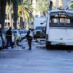 Undantagstillstånd infördes efter en självmordsattack mot en buss i Tunis den 25 november. 12 medelmmar av presidenten garde dödades i attacken.