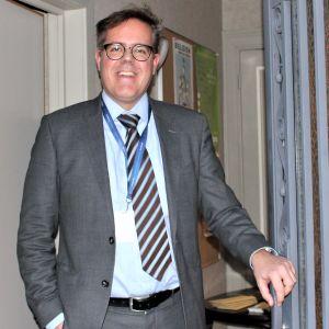 Johan Häggman fotograferad vid FUEN:s kontor i Bryssel