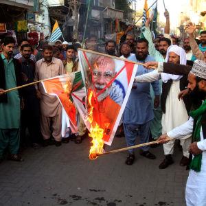 Demonstration i Pakistan till stöd för Kashmirborna i den av Indien administrerade delen av Kashmir