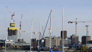 Höghusbygge pågår i Fiskehamnen i Helsingfors den 15 oktober 2019.