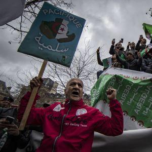Algeriska demonstrationer ordnades till och med i Paris.