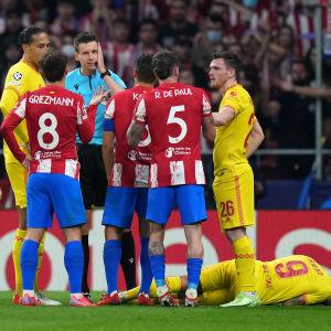 Liverpoolin Roberto Firmino kentän pinnassa, Atl Madridin Antoine Griezmann sai tilanteesta punaisen kortin. Tuomari Daniel Siebert oli tulisilla hiilillä huippupelissä.