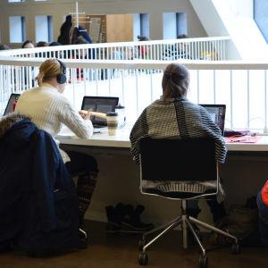 Studerande i Helsingfors universitets huvudbibliotek