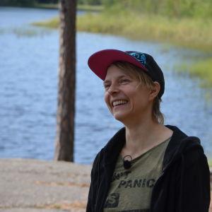 Virve Savoila med en sjö i bakgrunden.