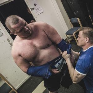 Den nöjda landslagstränaren Tommi Paavilainen drar tröjan av Smulter.