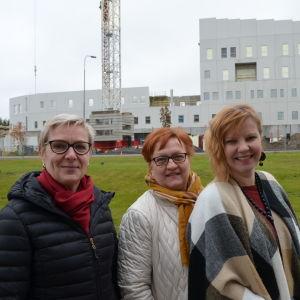 Minna Laitila (vasemmalla), Sirkka Ala-aho ja Marja Koivumäki seuraavat päivittäin Seinäjoen sairaalanmäellä, millä vauhdilla taustalla oleva M-talo rakentuu