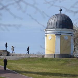 Första maj-firande i Brunnsparken i Helsingfors år 2020. Folk beundrar Ursas observatorium.