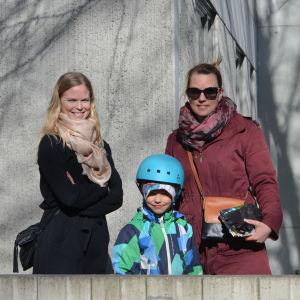 Karolina Salminen och Sonja Klärck tillsammans med Klärcks son Joonas som står mellan dem.