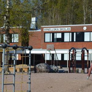 Skolgård och skolbyggnad.