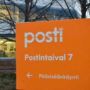 postens huvudkontor i Ilmala, orange skylt som visar vägen till huvudingången