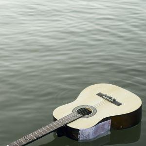 En gitarr ligger och flyter i vattnet.