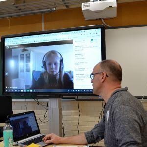 Lärare Jörgen Holmberg distansundervisar 20.03.20 i Boxby skola i Sibbo