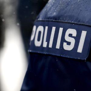 Illustrationsbild på den finländska polisens mörkblåa jacka.