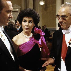 Harri Holkeri, Satu Tiivola och Mika Tiivola firar självständigheten i slottet 1984.