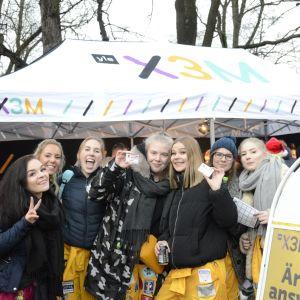 Tjejer poserar utanför X3M:s tält på Glöggrundan 2017