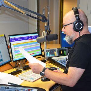 Juha Blomberg lukee merisäätiedotusta studiossa.