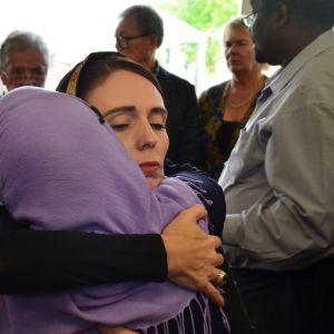 Nya Zeelands premiärminister Jacinda Ardern  träffar medlemmar i det muslimska samfundet efter moskéskjutningen i Christchurch