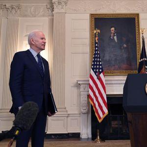 President Joe Biden talar till pressen efter att senaten godkänt ett stort stödpaket