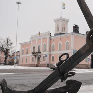 ankaret framför rådhuset i lovisa