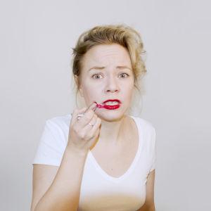 Johanna Dikert målar läppstift