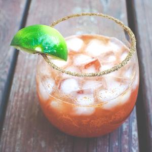 En röd drink i ett glas.