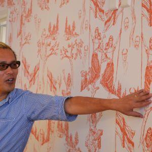 Den japanska konstnären Tatzu Nishi presenterar sin nationalromantiska tapet, som pryder väggarna i Hotel Manta of Helsinki.