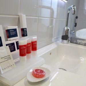 Badrummet i Hotel Manta of Helsinki är försedd enligt en hotellgästs behov.