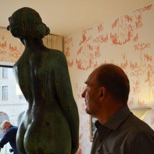 Arkitekt Klas Fontell tar del av den utsikt som Havis Amanda blickat ut över i över hundra år.