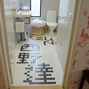 Konstnären Tatzu Nishis namn finns på badrumsgolvet i Hotel Manta of Helsinki.