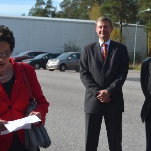 Rita Piirainen (NTM:s överdirektör), Mikael Grannas (Sibbos kommundirektör) och Reijo Kiskola (Arlas VD)