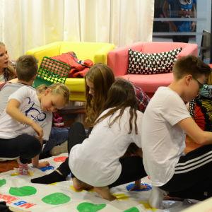 Barn spelar twister backstage på MGP 2016.