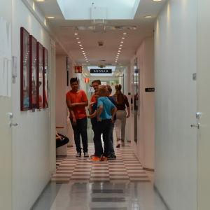 En korridor med barn.