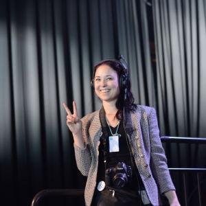 Projektledare Frida Lönnroos visar fredstecken