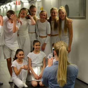 Vitklädda barndansare backstage på MGP 2016
