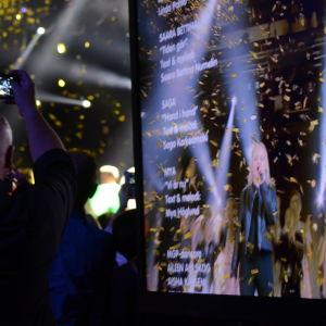 Aina som vinner MGP 2016 i guldkonfettiregn.