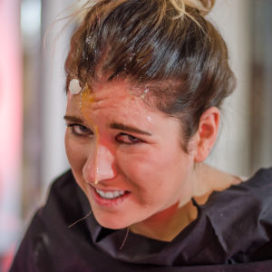 Pernilla Karlsson grimaserar med ett knäckt ägg på sitt huvud. En utmaning på Näsdagen 2016. X3M.