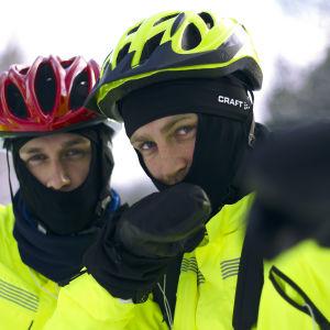 Christoffer Strandberg och Janne Grönroos poserar för kameran i gula jackor och med cykelhjälmar på huvudet. Vinter. Utomhus. Näsdagen 2016.