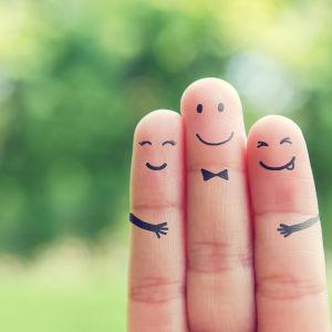 kolme hymyilevää sormea puistossa