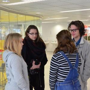 Nyhetsskolans elever ute och gör intervjuer.