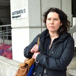 Kommunfullmäktigeledamoten Corinna Tammenmaa ser allvarlig ut