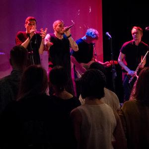 Ett band spelar för publik