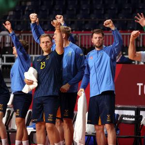 Sveriges handbollsherrar firar.
