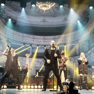 Gruppen FORK med mäktig ljusshow i bakgrunden på Alexandersteatern scen.