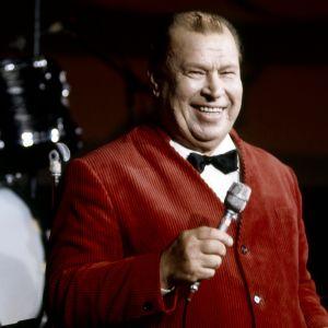 Laulaja Eugen Malmstén esiintyy TV2:n ohjelmassa Iltatähti vuonna 1974.