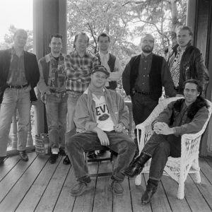 Q ja tähdet -orkesteri: Kim Lönnholm, Janne Haavisto, Olli Haavisto, Pekka Lehti, Esa Kaartamo ja Harri Ala-Kojola. Istumassa J-P Virtanen ja juontaja Mikko Kuustonen.